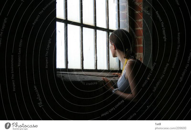 Was da drinnen wohl vor sich geht? Frau Jugendliche Erwachsene feminin Fenster Gebäude Mauer warten 18-30 Jahre Neugier Bauwerk Fabrik Sehnsucht Junge Frau