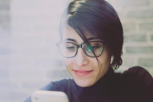 #A# Handypause feminin 1 Mensch Kunst ästhetisch Marketing Brille Reflexion & Spiegelung Handy-Kamera Frau Chatten Telefon Telefongespräch Internet texten