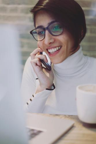 #A# Kaffeepause Frau lachen Business Arbeit & Erwerbstätigkeit ästhetisch Technik & Technologie Brille lesen Telefon Technikfotografie Beruf Internet Medien