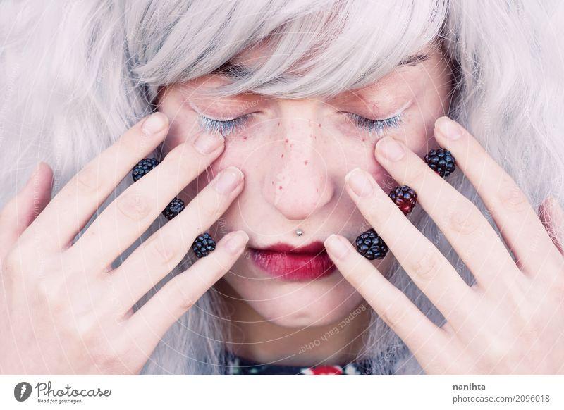 Junge Frau mit dem weißen Haar und den Brombeeren in ihren Händen Mensch Jugendliche schön rot Erholung ruhig 18-30 Jahre Gesicht Erwachsene Gesundheit
