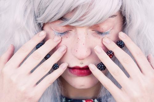 Junge Frau mit dem weißen Haar und den Brombeeren in ihren Händen Lebensmittel Ernährung Bioprodukte Vegetarische Ernährung exotisch schön Haut Gesicht