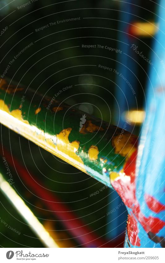Jahre überstehen Metall Rost alt einzigartig kaputt Verfall Spielplatz Gerüst blau grün gelb rot Farbfoto mehrfarbig Außenaufnahme Menschenleer