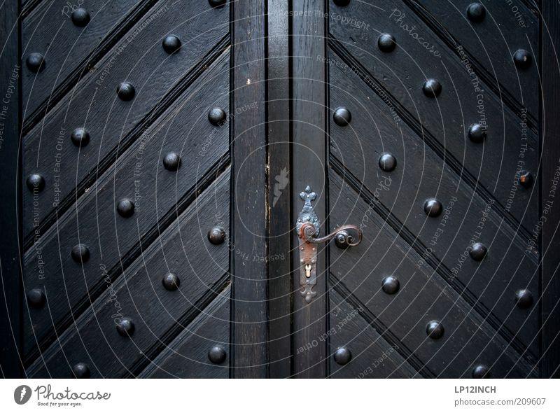 The Doors alt schwarz Holz Tür geschlossen Eingang Schloss Griff Eingangstür Holztür Türschloss Beschläge