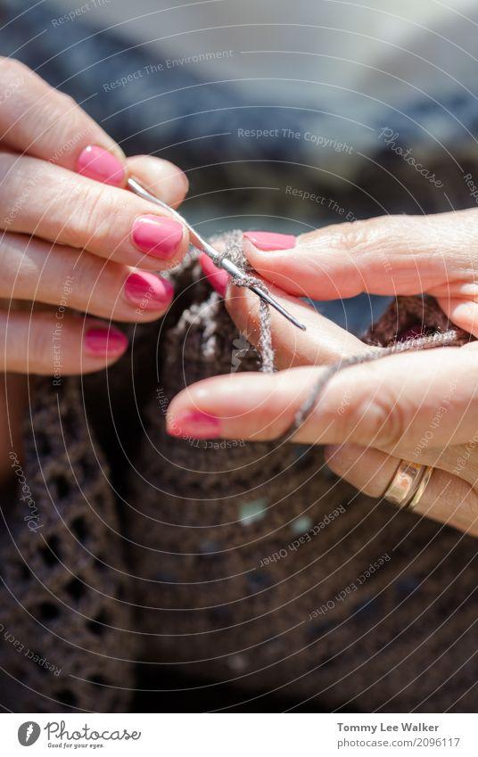 Alte Hände arbeiten Design Erholung Freizeit & Hobby stricken Dekoration & Verzierung Arbeit & Erwerbstätigkeit Handwerk Frau Erwachsene Großmutter Farbe