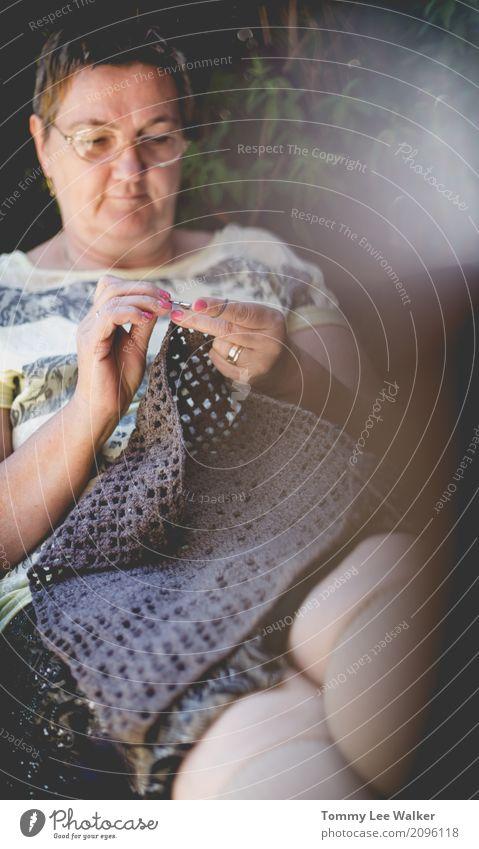 Großmutter, die eine Kissenabdeckung im Garten häkelt Frau Hand Erholung Erwachsene Liebe Design Arbeit & Erwerbstätigkeit Freizeit & Hobby Aktion Aussicht