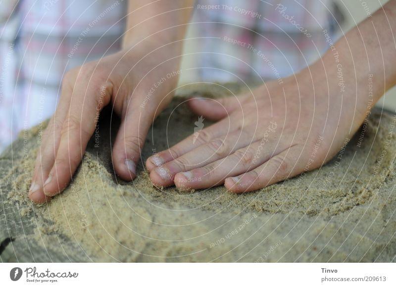 Sandkuchen Freizeit & Hobby Spielen Kindheit Hand Finger berühren Bewegung Kreativität Strukturen & Formen rund sorgsam Farbfoto Außenaufnahme Nahaufnahme