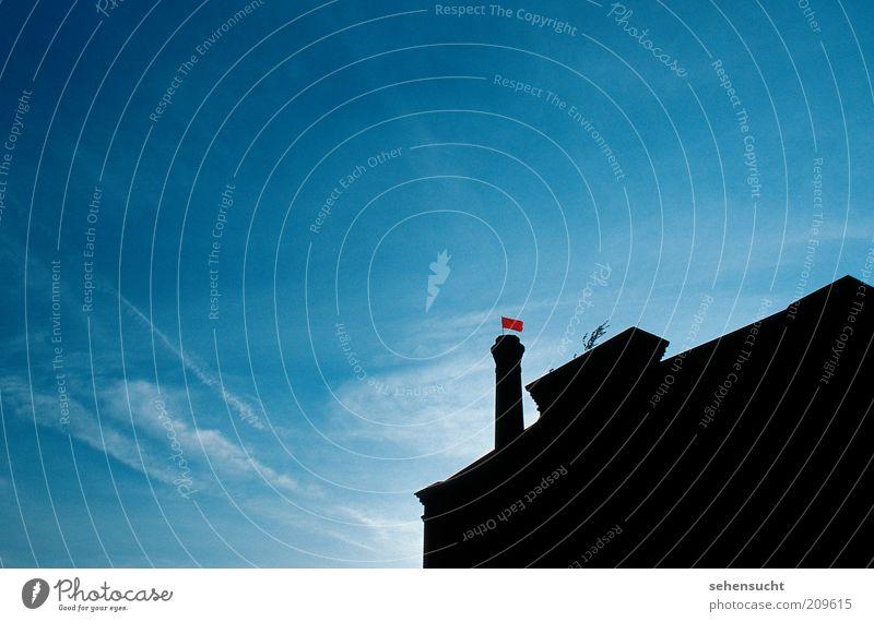 arbeiterfahne Himmel blau rot schwarz Wolken Ferne hoch Fassade Industrie Fahne Fabrik Bauwerk historisch Wirtschaft Schornstein Industrieanlage