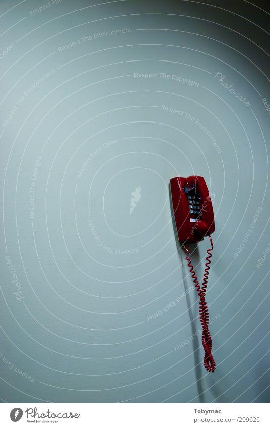 Hold the Line Telefon Kommunizieren Farbfoto Innenaufnahme Menschenleer Textfreiraum links Hintergrund neutral Kunstlicht Licht Schatten Kontrast Wandtelefon