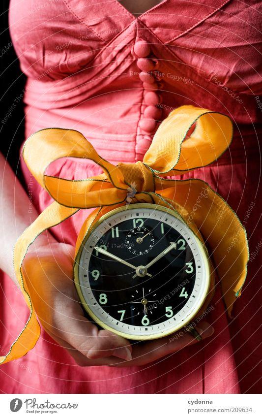 Für Dich Lifestyle Leben Zufriedenheit Mensch Frau Erwachsene Hand Genauigkeit Idee planen Vergänglichkeit Zeit Wecker Uhr Schleife Geschenk Farbfoto