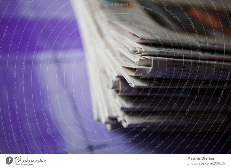 Zeitungen alt weiß grau Papier neu retro Zeitung Medien Sammlung Stapel Anhäufung Haufen Lesestoff ansammeln Altpapier