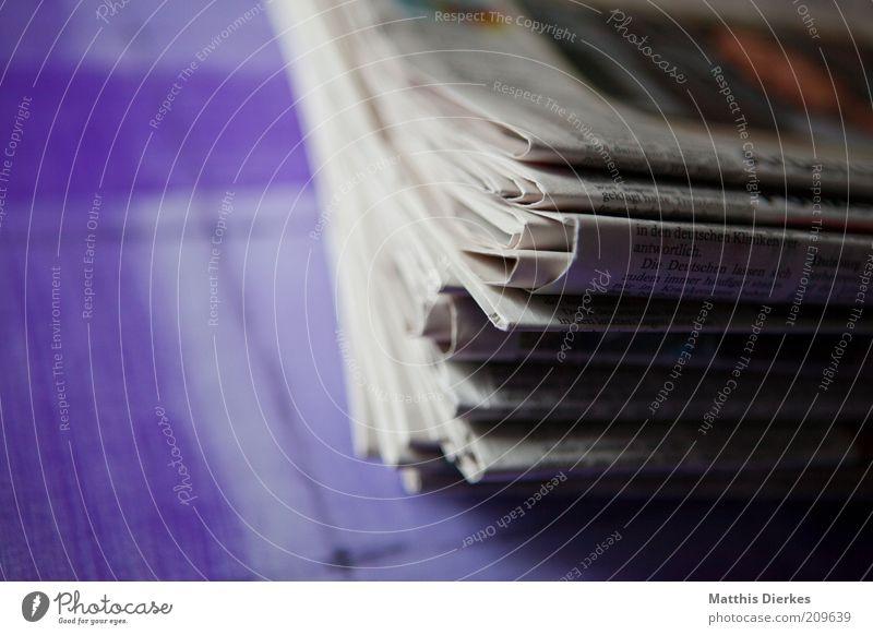 Zeitungen Medien Papier alt neu retro grau weiß Stapel Haufen Altpapier Anhäufung Nahaufnahme Detailaufnahme Strukturen & Formen Zentralperspektive