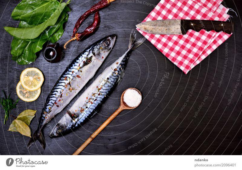 Zwei frische ganze Makrelen Meeresfrüchte Kräuter & Gewürze Ernährung Mittagessen Abendessen Diät Löffel Tisch Restaurant Gastronomie Natur Tier Holz nackt