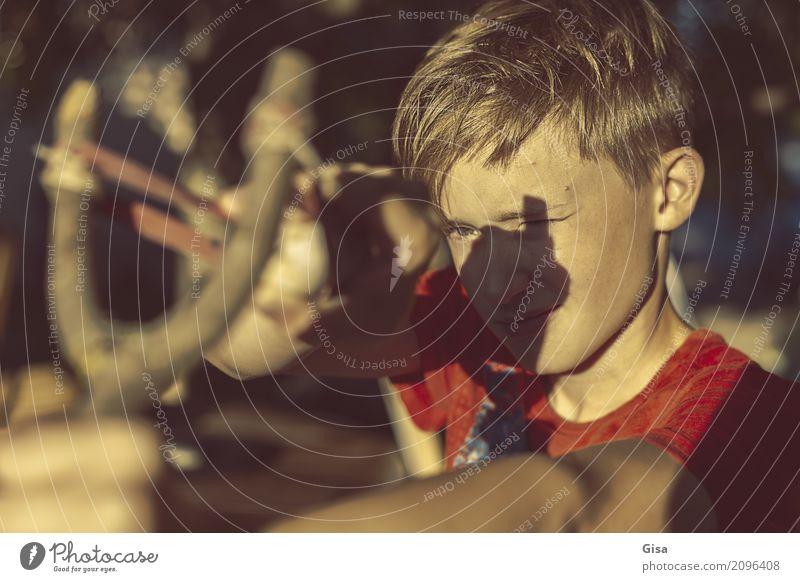 Stoppt die Photonen! Mensch maskulin Kind Kindheit Kopf 1 8-13 Jahre Steinschleuder Spielen frech listig braun gelb gold rot Angriff angriffslustig Tatkraft