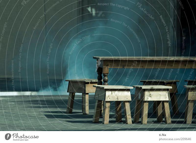 Schall und Rauch Kunst Theaterschauspiel Bühne blau grau Tisch Stuhl Holztisch Holzstuhl Asphalt Schatten Sonnenlicht Mittelalter Farbfoto Gedeckte Farben