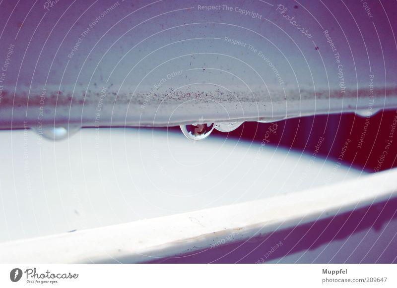 Tröpfchen Wassertropfen Gartenstuhl hängen Flüssigkeit nass weiß Farbe Farbfoto Gedeckte Farben Außenaufnahme Nahaufnahme Detailaufnahme Menschenleer