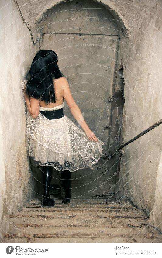 abwärts... elegant Stil Keller Nachtleben Frau Erwachsene Leben Ruine Mauer Wand Treppe Mode Rock Gürtel Damenschuhe schwarzhaarig langhaarig gehen Coolness