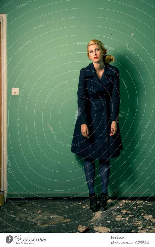 grün und blau. Lifestyle elegant Stil Wohnung Frau Erwachsene Leben 1 Mensch 18-30 Jahre Jugendliche Mauer Wand Mode Mantel blond stehen trendy einzigartig