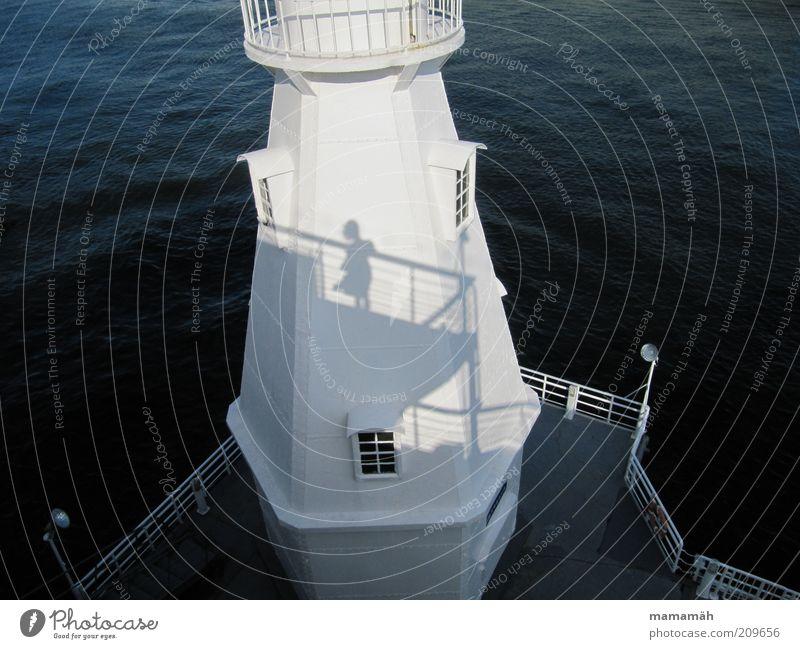 Vom Winde verweht Hafen Leuchtturm Blick stehen warten Wasser weiß wehen Meer Orientierung Küste Fenster Reling Rock Schifffahrt Aussicht Schatten