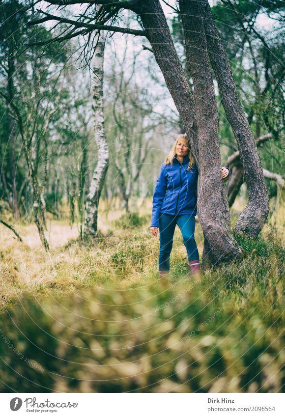 Frau lehnt an einem Baum Wohlgefühl Zufriedenheit Sinnesorgane Erholung Freizeit & Hobby Ferien & Urlaub & Reisen Ausflug Abenteuer feminin Erwachsene 1 Mensch