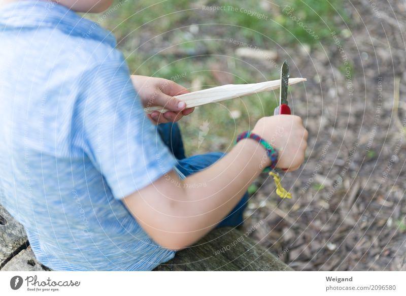 Ferienlager Ferien & Urlaub & Reisen Abenteuer Camping Sommer Sommerurlaub Kind Junge Kindheit Spielen Messer schnitzen Feuerstelle Zeltlager Kindergarten