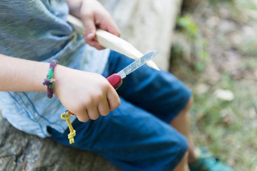 Ferienlager in blau Mensch Kind Ferien & Urlaub & Reisen Holz Kindheit lernen Kindergarten Messer Camping Feuerstelle achtsam Zeltlager schnitzen