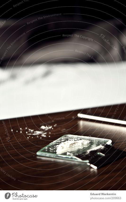 wach Rauschmittel Laster Kokain Tisch Spiegel ziehrohr Sucht Konsum Rasierklinge Drogensucht ungesetzlich Abhängigkeit Kick Farbfoto Innenaufnahme Menschenleer