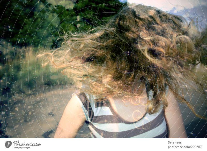 haarsträubend II Freizeit & Hobby Spielen Mensch feminin Haare & Frisuren Locken T-Shirt langhaarig Bewegung drehen fliegen Doppelbelichtung Himmel Farbfoto