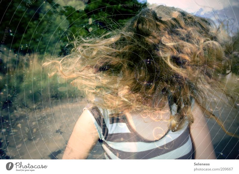 haarsträubend II Mensch Himmel feminin Spielen Bewegung Haare & Frisuren blond fliegen T-Shirt Freizeit & Hobby drehen Locken langhaarig Doppelbelichtung gestreift