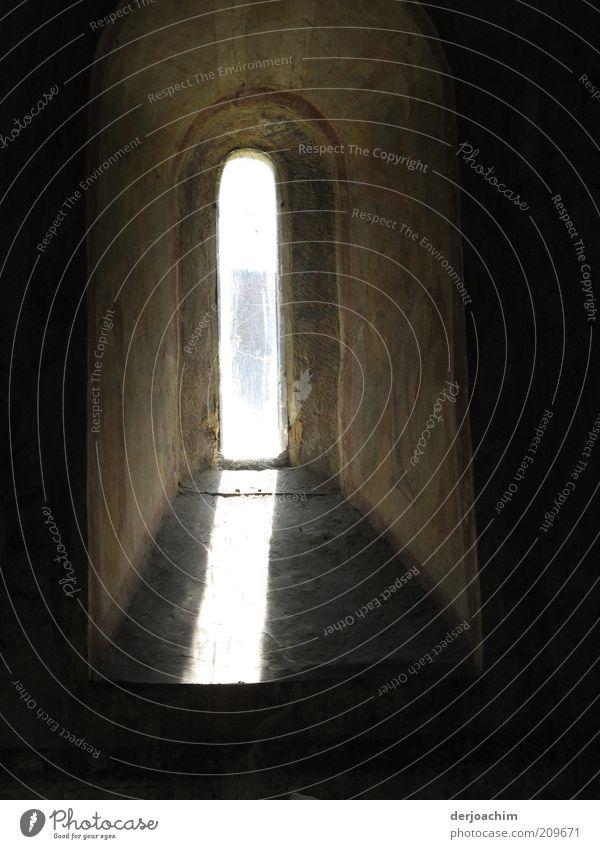 Kapellenfenster alt ruhig Fenster Umwelt Wand Architektur Mauer grau Religion & Glaube Stein hell braun Stimmung elegant leuchten Glas
