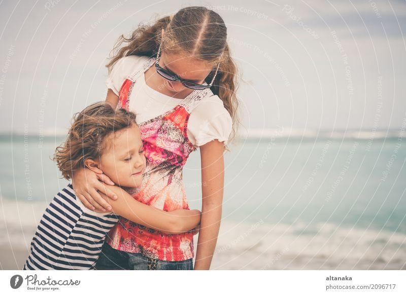 Schwester und Bruder spielen am Strand Lifestyle Freude Glück schön Erholung Freizeit & Hobby Spielen Ferien & Urlaub & Reisen Freiheit Sommer Sonne Meer Kind