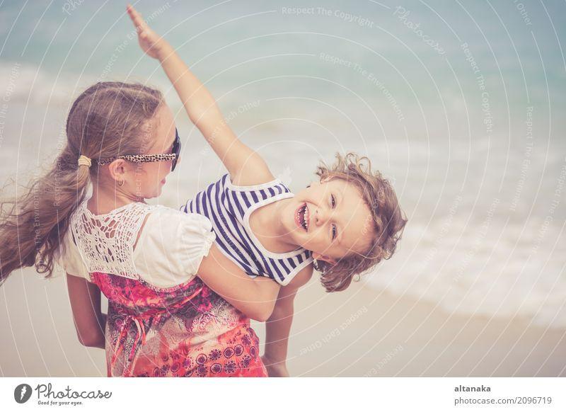 Schwester und Bruder spielen am Strand Mensch Kind Natur Ferien & Urlaub & Reisen Sommer schön Sonne Hand Meer Erholung Freude Lifestyle Gefühle