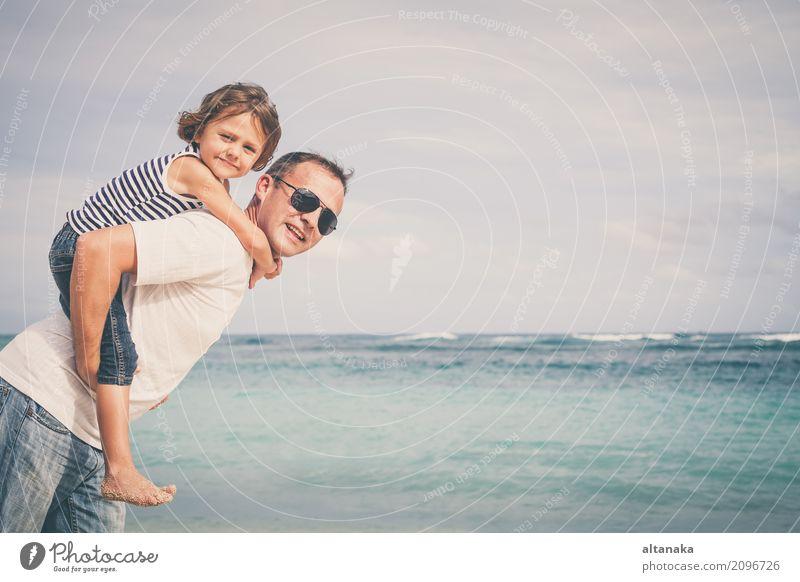 Glücklicher Vater und Sohn, die auf dem Strand spielt Kind Natur Ferien & Urlaub & Reisen Mann Sommer Sonne Hand Meer Erholung Freude Erwachsene Leben Lifestyle