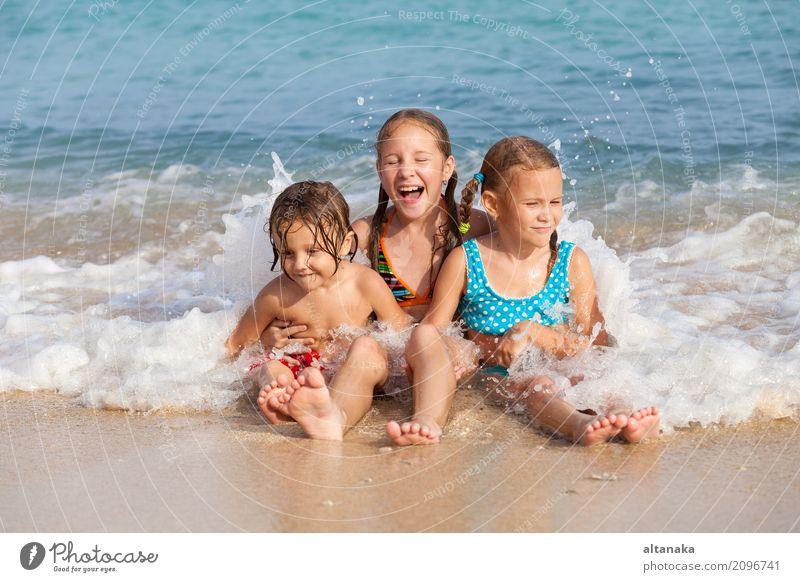 Zwei Schwestern und Bruder, die auf dem Strand spielen Lifestyle Freude Glück schön Erholung Freizeit & Hobby Spielen Ferien & Urlaub & Reisen Freiheit Sommer
