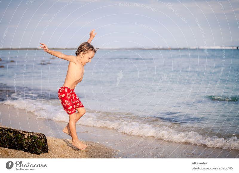 Glücklicher kleiner Junge, der auf den Strand springt Lifestyle Freude Erholung Freizeit & Hobby Spielen Ferien & Urlaub & Reisen Ausflug Abenteuer Freiheit