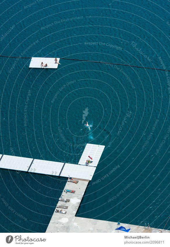 Badestelle in einem grossen See, Ausnahme aus Vogelperspektive Sommer Sommerurlaub Schwimmen & Baden Mensch Menschenmenge Landschaft Wasser blau türkis