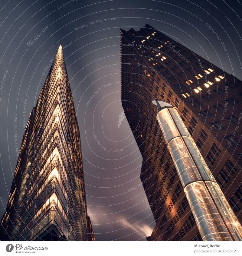 Hochhäuser bei Nacht am Potsdamer Platz in Berlin Deutschland Hauptstadt Stadtzentrum Hochhaus Bauwerk Gebäude Architektur hoch Business Großstadt