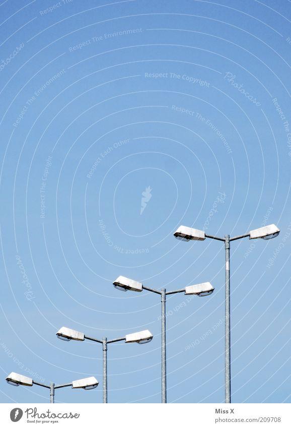 1234 Himmel Straße trist Straßenbeleuchtung Reihe Ordnung Farbfoto Außenaufnahme Textfreiraum oben Blauer Himmel Schönes Wetter Lampe Menschenleer