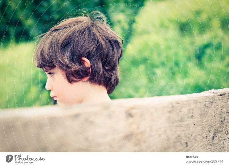 sommerzeit Mensch Kind Junge Kindheit Gesicht 1 3-8 Jahre Holz sitzen authentisch natürlich retro mehrfarbig Gefühle Ärger Stimmung Sommer Sommertag trotzig