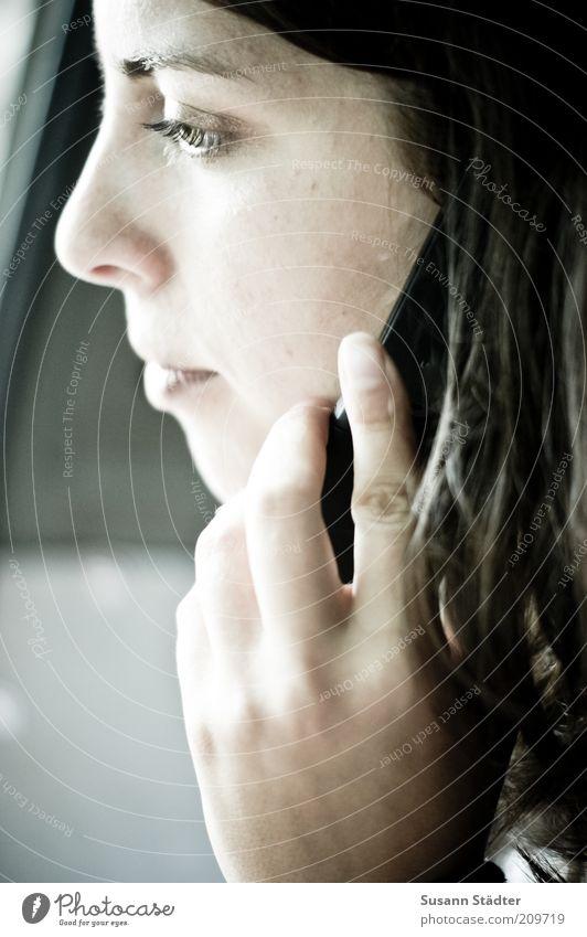 calling home feminin Frau Erwachsene Kopf Haare & Frisuren Gesicht 18-30 Jahre Jugendliche brünett langhaarig Telefongespräch Coolness Vertrauen Gelassenheit