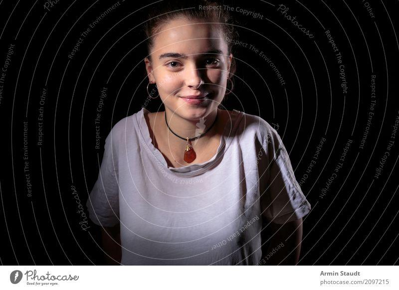 Porträt - klassisch Mensch Frau Jugendliche Junge Frau schön Freude dunkel 18-30 Jahre schwarz Erwachsene Lifestyle Gefühle feminin Stil Glück Design