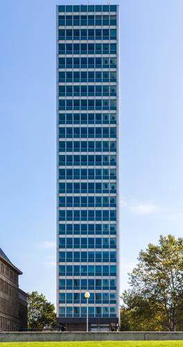 Hochhaus Himmel blau Stadt Fenster Lifestyle Wiese Stil außergewöhnlich Business Fassade Design Büro Park modern ästhetisch