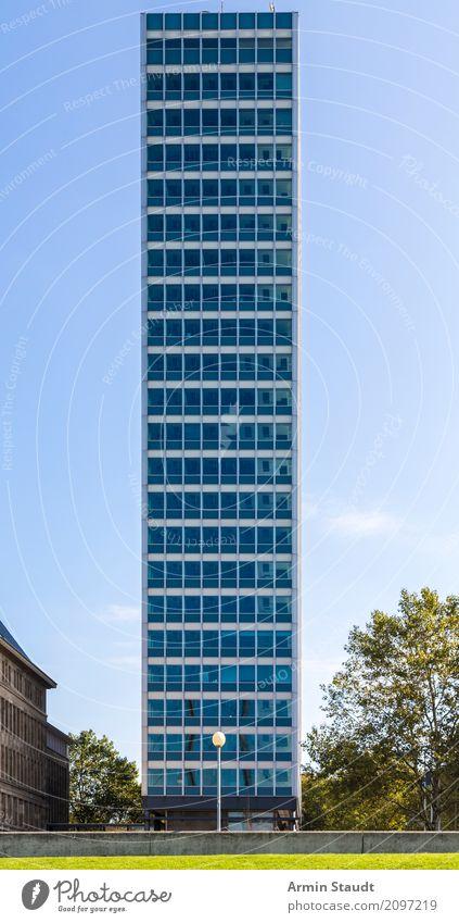 Hochhaus Lifestyle Stil Design Büro Business Himmel Schönes Wetter Park Wiese Düsseldorf Stadt Stadtzentrum Bauwerk Fassade Fenster ästhetisch außergewöhnlich
