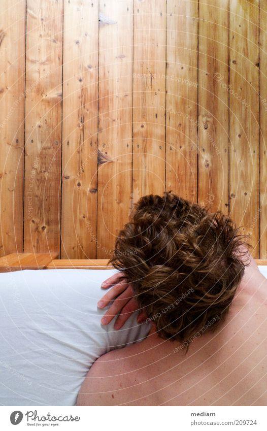 Die Welt jenseits der Bettkante Mensch Jugendliche Mann Erholung Junger Mann 18-30 Jahre Erwachsene Haare & Frisuren Holz Denken natürlich Kopf liegen maskulin