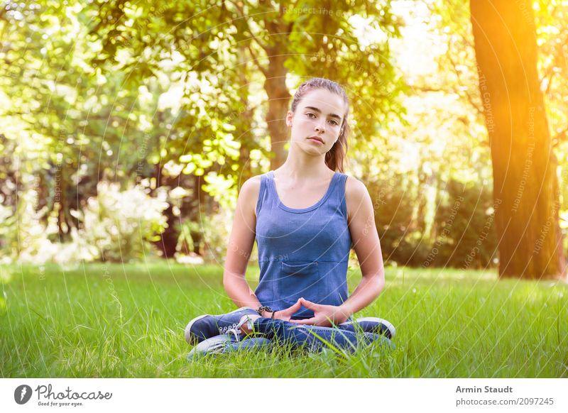 Meditation Lifestyle Stil Gesundheit Wellness Erholung Sommer Yoga Mensch feminin Junge Frau Jugendliche Erwachsene 1 13-18 Jahre Natur Park Wiese Denken sitzen