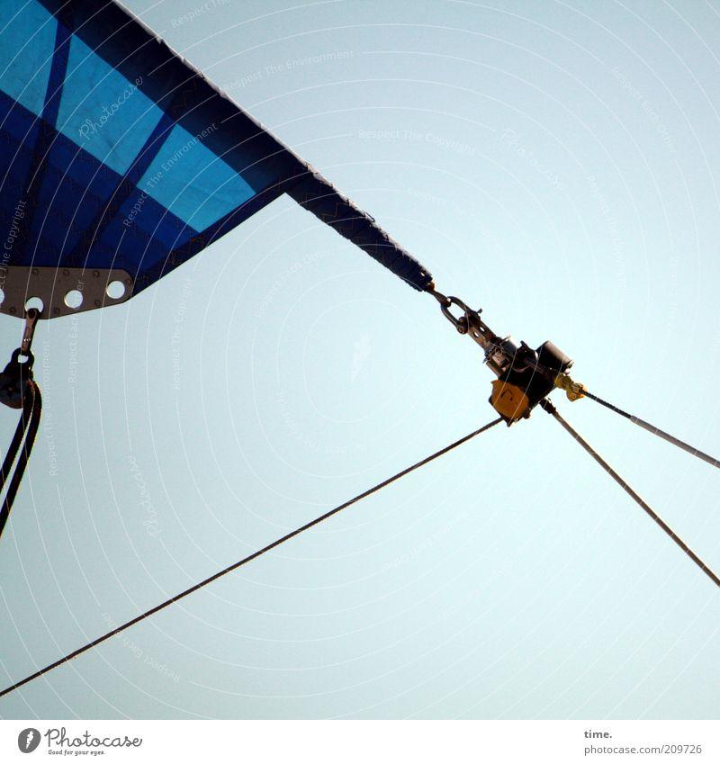 Dreiecksbeziehung (II) Himmel blau Seil diagonal Geometrie Segel Segelboot Symmetrie Zweck Haken Befestigung Funktion gespannt spreizen Öse