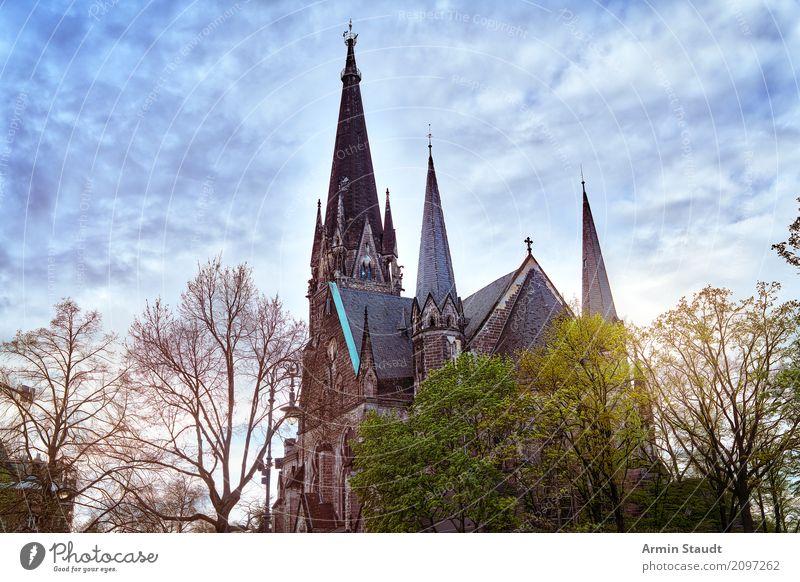 Kirche Lifestyle Natur Himmel Wolken Frühling Baum Kreuzberg Bauwerk Sehenswürdigkeit Ferne Stimmung Ewigkeit Identität Religion & Glaube Stadt HDR Kirchturm