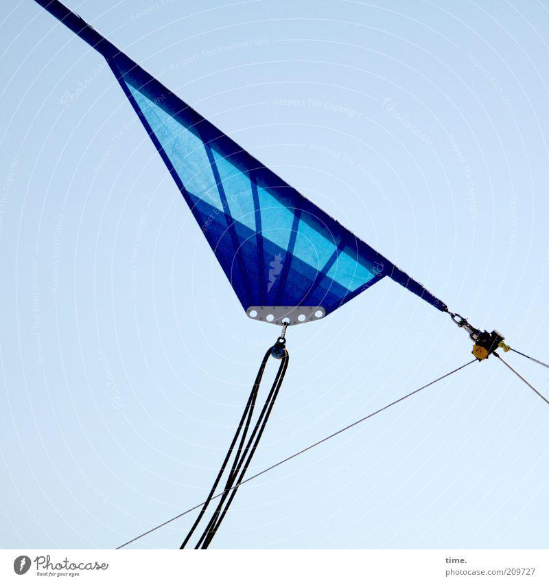 Dreiecksbeziehung (III) Himmel blau Seil diagonal Geometrie Segel Segelboot Symmetrie Zweck Haken Befestigung Wasserfahrzeug Funktion gespannt spreizen
