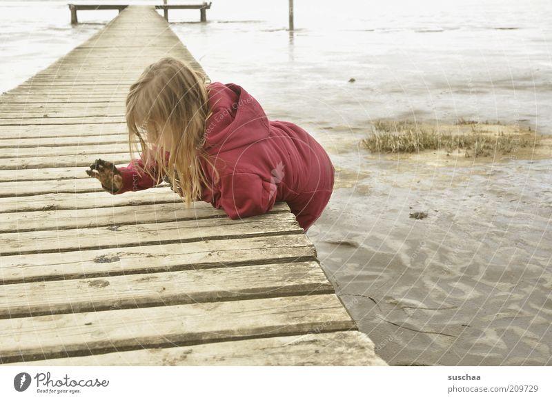 das kind und das meer .. Kind Mädchen Kindheit 3-8 Jahre Umwelt Urelemente Wasser schlechtes Wetter Küste Strand Nordsee Meer Deich Sand Neugier trist