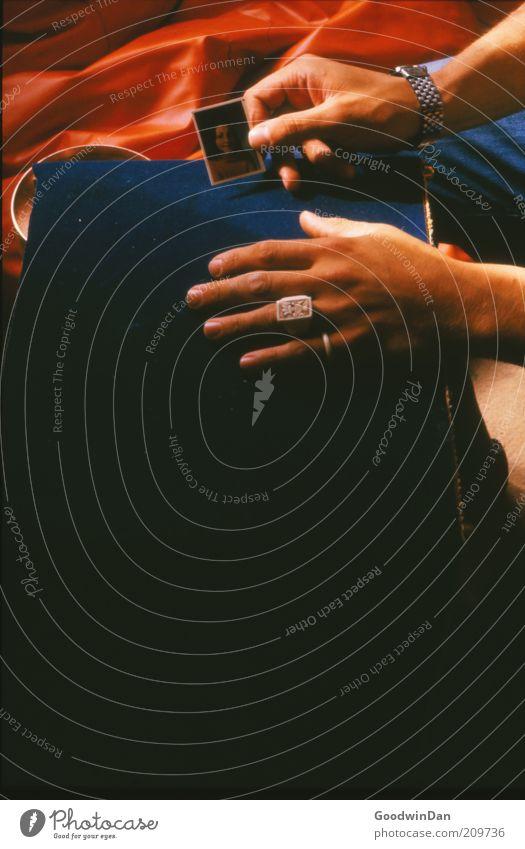 Flashbacks alt Hand Gefühle Stimmung maskulin authentisch retro Sehnsucht Ring Trennung Junge Frau Liebeskummer Erinnerung Männerhand Bild-im-Bild