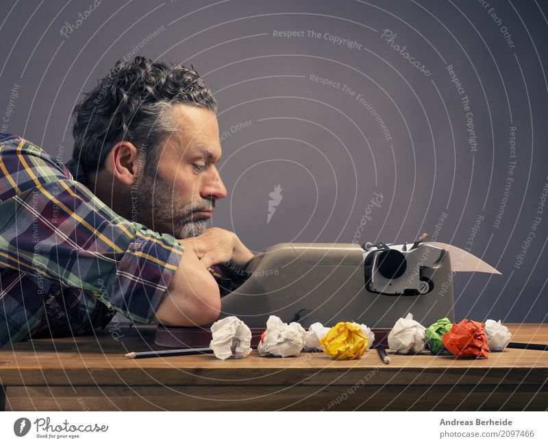 Mal überlegen Büroarbeit Arbeitsplatz Business Schreibwaren Zettel Denken lesen schreiben Kraft Interesse Idee innovativ Inspiration Kreativität concept